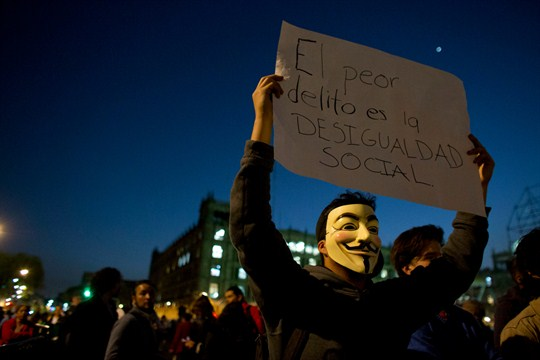 A protester with a sign reading in Spanish