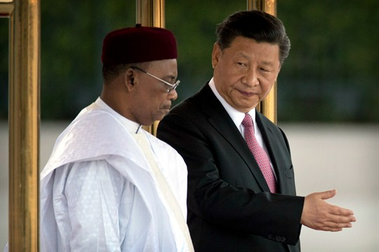 Chinese President Xi Jinping, right, and Nigerien President Mahamadou Issoufou in Beijing.