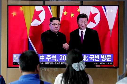 A TV news program reports on Chinese President Xi Jinping's state visit to North Korea.