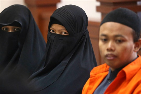 Dian Novi and her husband Nur Solihin during a trial against them for planning a bombing.