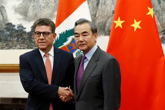 Peruvian Foreign Minister Gustavo-Meza Cuadra and Chinese Foreign Minister Wang Yi shake hands in Beijing.